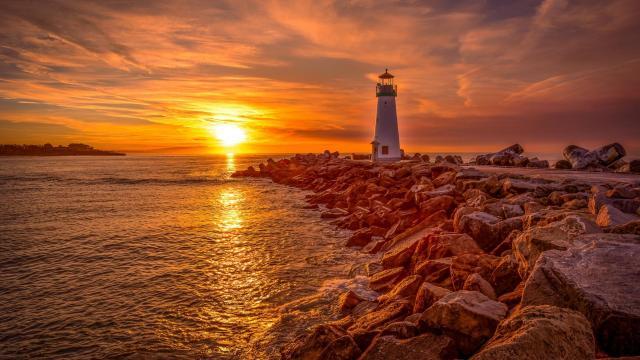 优美的灯塔风光景色图片