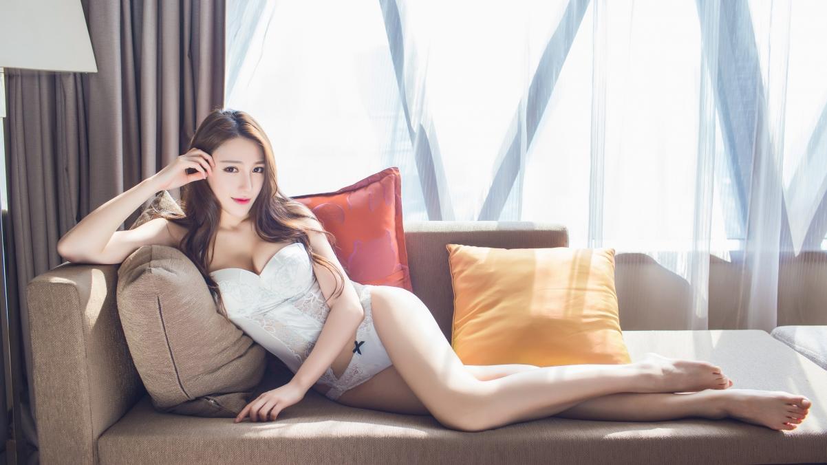 沙发 白色内衣 美胸 性感长腿美女 刘奕宁lynn 4K壁纸