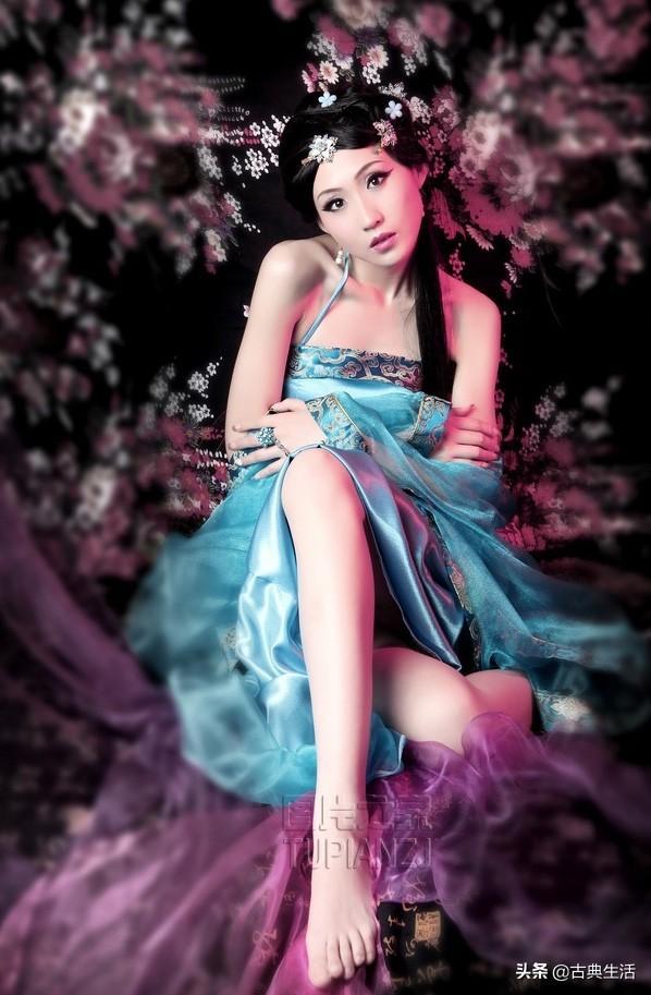 妩媚妖艳的装小美女写真