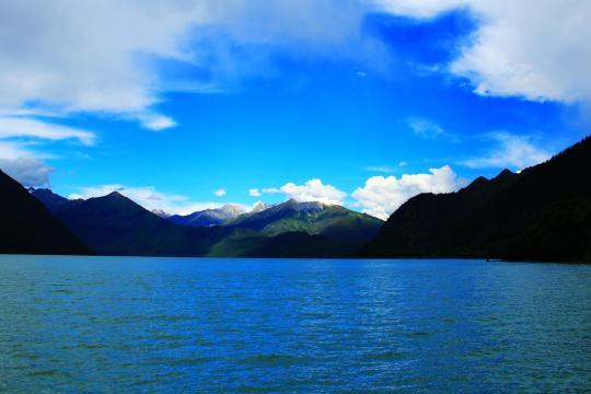 巴松措高原湖泊美景