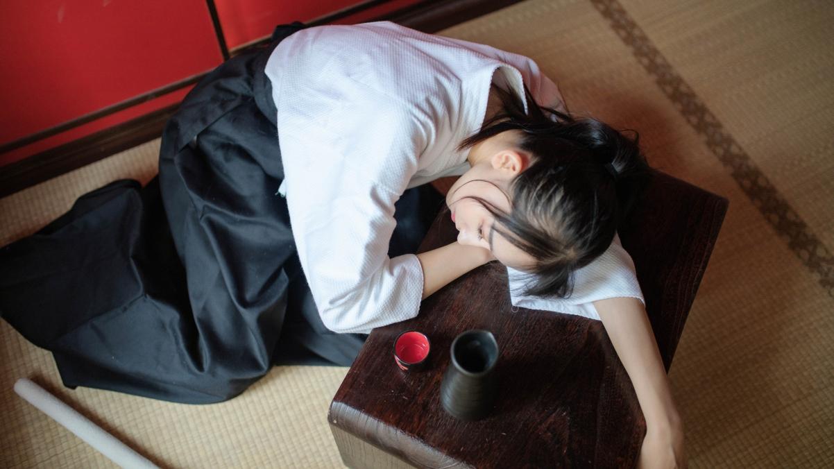 剑道服养眼美女 茶几 酒 4k美女壁纸图片