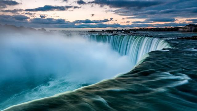 大自然壮观的瀑布风景
